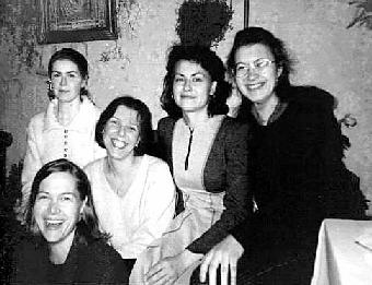 Мартина Ванденберг (первая слева)  с консультантами телефона доверия